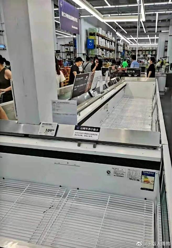 武漢再現本土病例,市民買光超市物資,貨架上空空如也。(@出版人周筠微博)