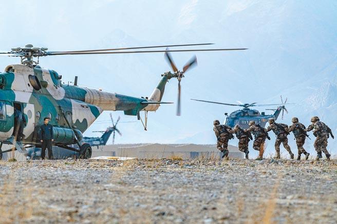 去年6月中印邊境部隊發生衝突之後,雙方曾達成撤離協議,中國也確實從戈格拉和溫泉地區撤出了部分軍隊,但是仍有部隊還留在當地。圖為大陸解放軍西藏軍區訓練照片。(中新社)