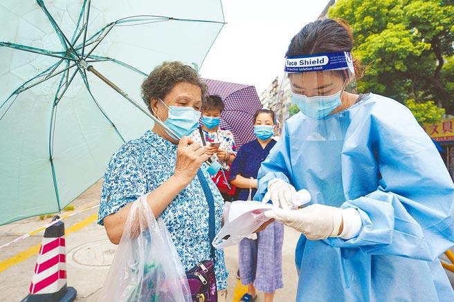 大陸本土疫情延燒15省,中國工程院院士、國家衛生健康委員會高級別專家組成員李蘭娟日前透露,正著手研發Delta病毒疫苗。圖為南京開展第四輪部分區域核酸檢測。(新華社)