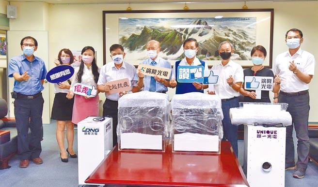 廣隆光電董事長李耀銘(中),號召捐贈插管清淨機組。(廖志晃攝)