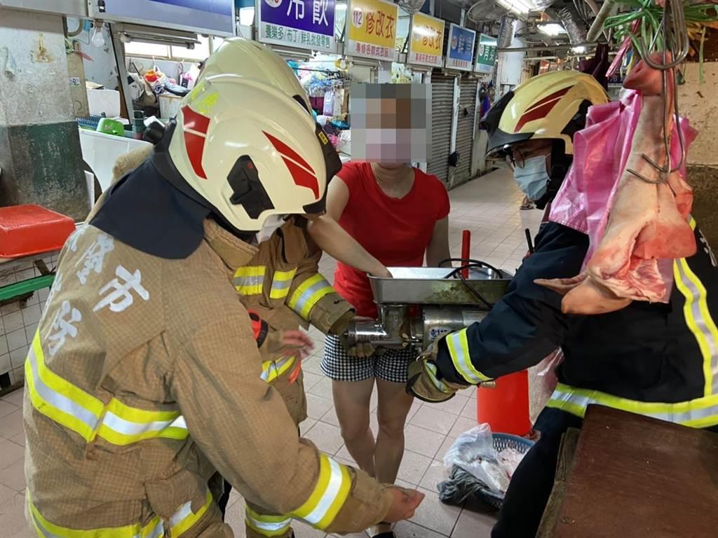 賣豬肉女攤商營業時,右手不慎捲入絞肉機。(翻攝照片/陳彩玲基隆傳真)