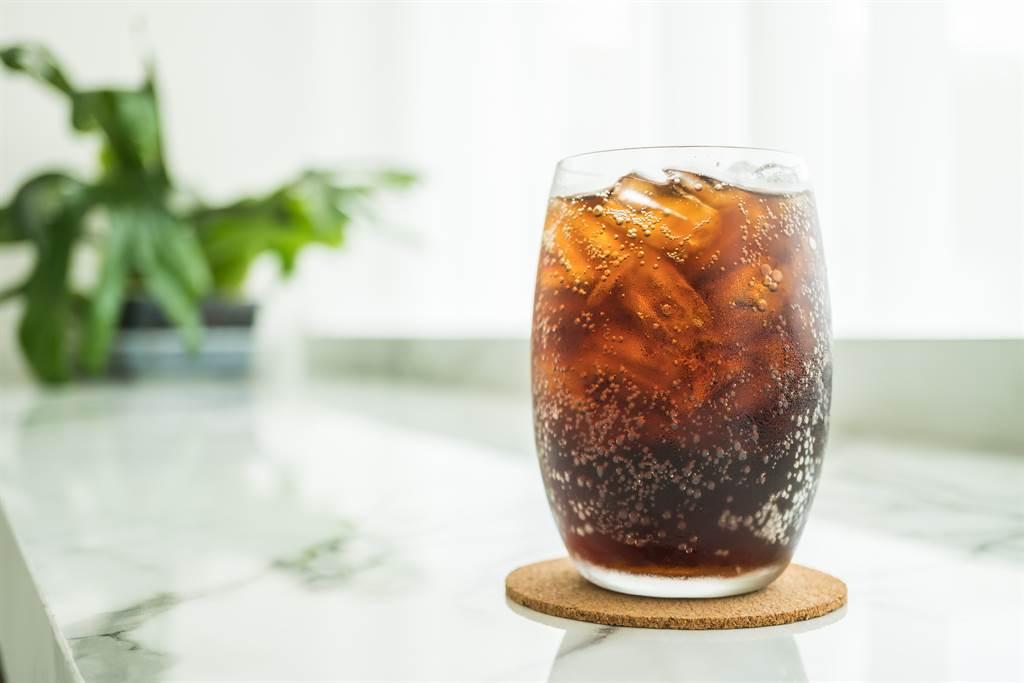 大陸一名15歲少年是可樂愛好者,平時常把可樂當水喝,沒想到卻因此得到糖尿病性白內障。(示意圖/達志影像)