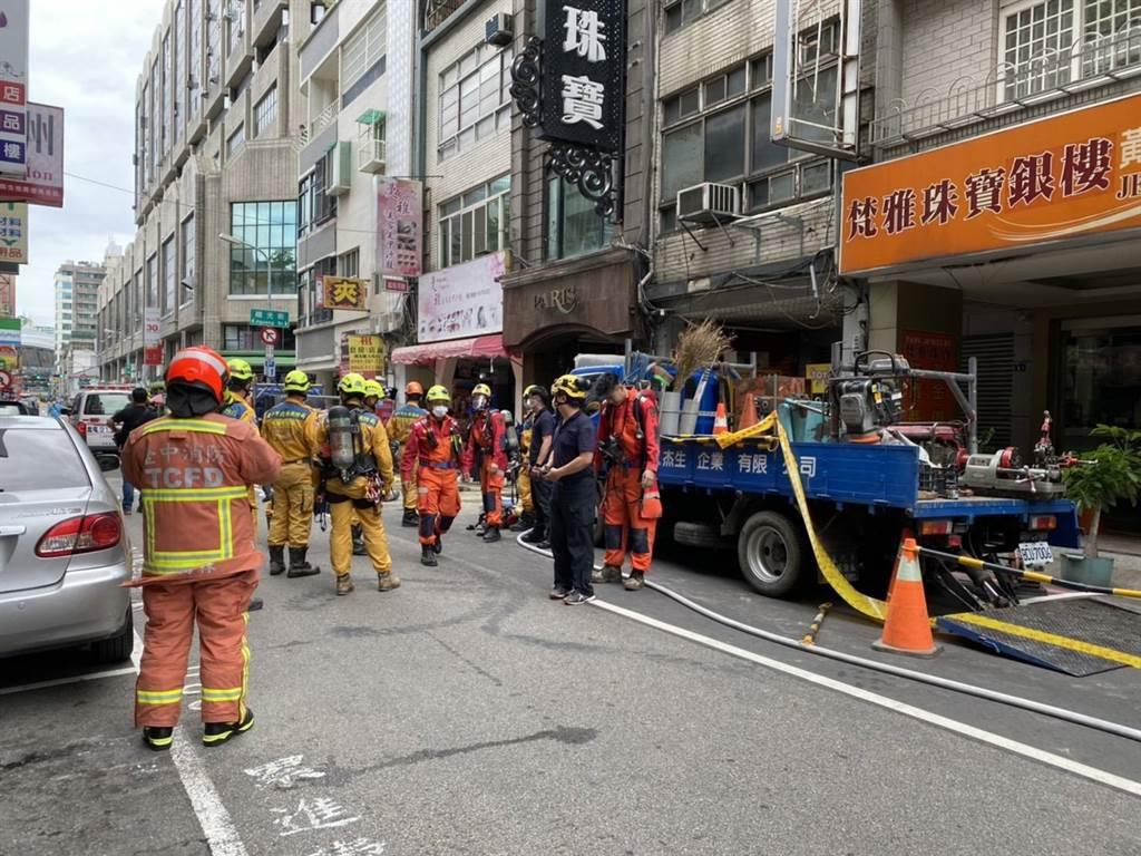 台中市中區成功路一處道路工地4日上午施工發生意外,初步統計有5名工人失去生命跡象。(記者爆料網提供)