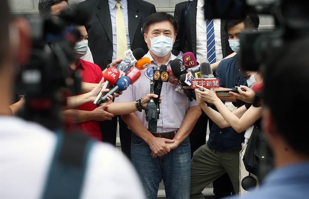 郝龍斌(中)4日上午前往法院遞狀,聲請停止執行高端疫苗緊急授權(EUA)。(范揚光攝)