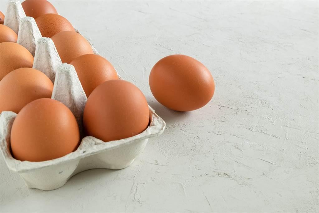 不少人買雞蛋回家後,都會放置於冰箱門的蛋架上,但其實這樣會影響雞蛋的新鮮度。(圖/示意圖,達志影像)