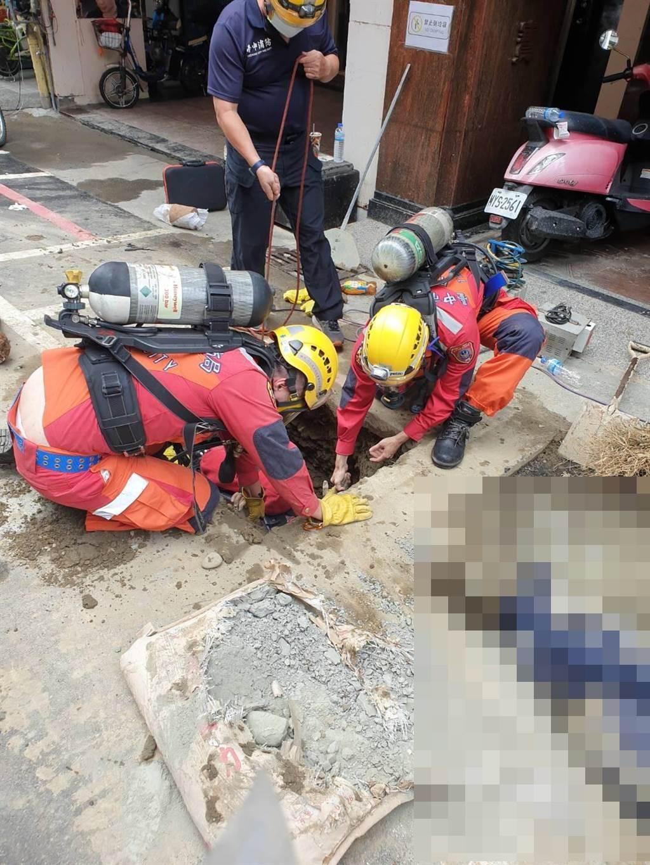 警消到場將5名工人從地下涵洞內救出,但均無呼吸心跳,現場緊急實施CPR急救。(台中市消防局提供/王文吉台中傳真)