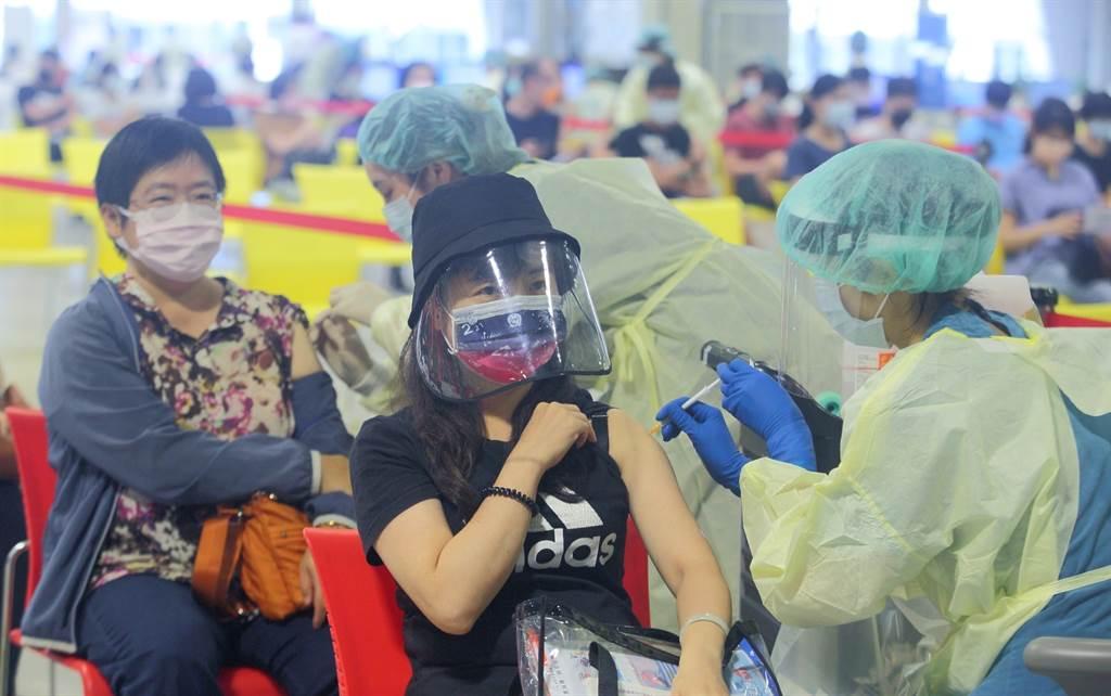 陳時中表示,台灣的疫苗覆蓋率達34.41%。圖為民眾打疫苗的畫面。(張鎧乙攝)