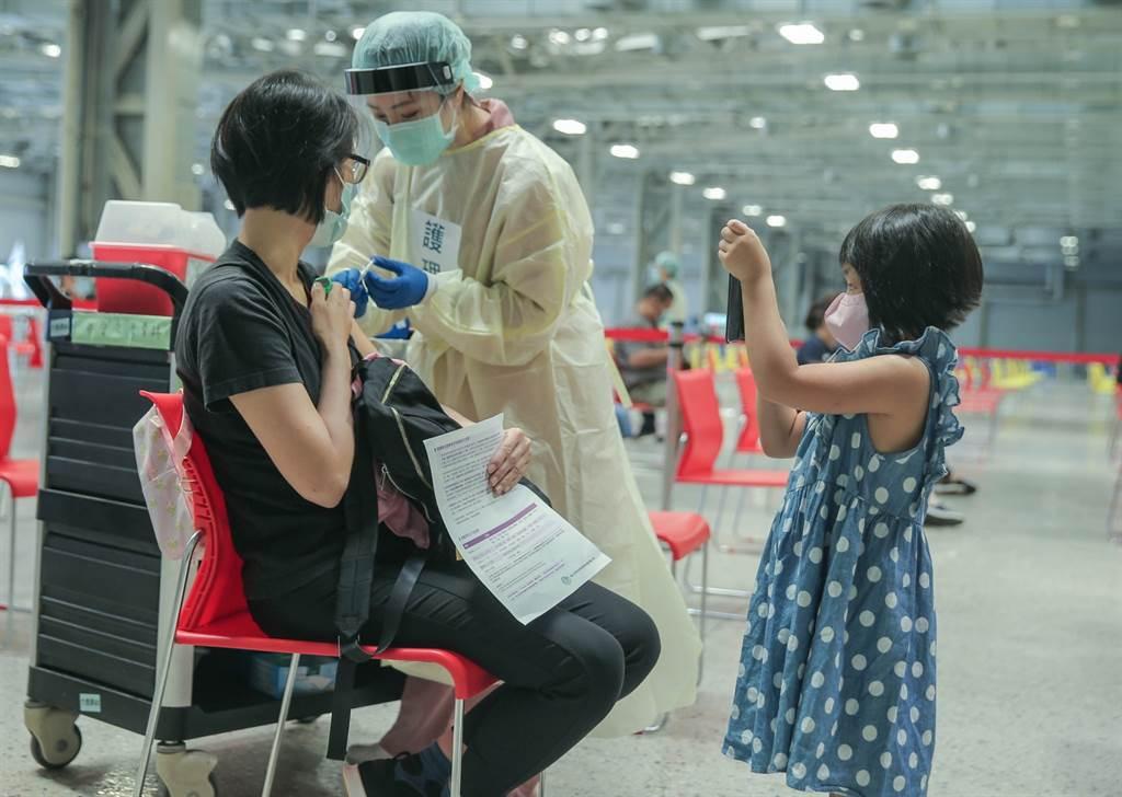 指揮中心統計,國內共有6人完整接種新冠疫苗14天後仍確診,但均為輕症,圖為示意,非當事人。(圖/記者粘耿豪攝影)