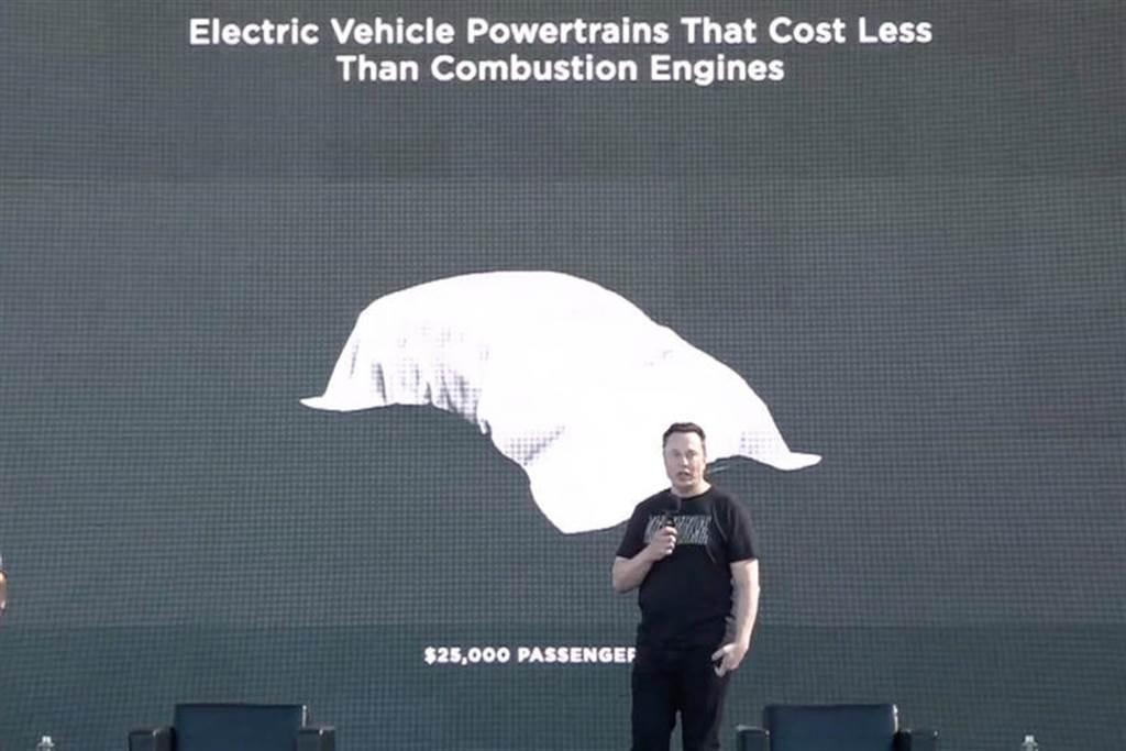 在 2020 年九月的特斯拉電池日活動上,馬斯克透露要在 2023 年前推出 2.5 萬美元平價特斯拉。(圖/DDCar)