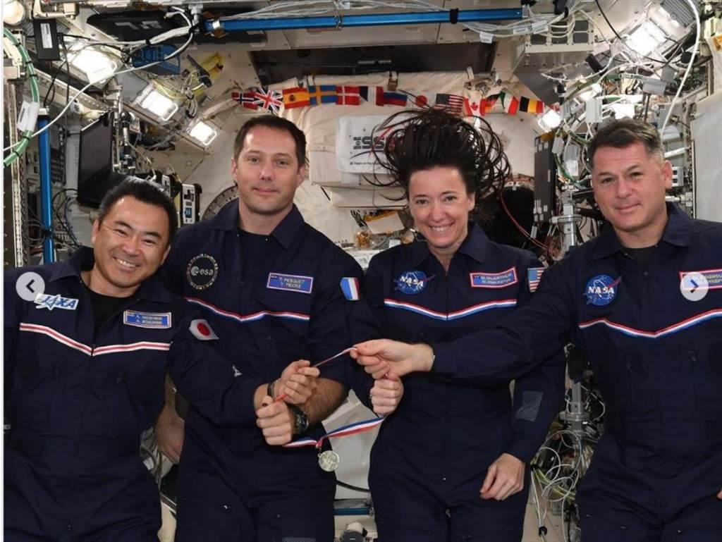 太空奧運會還有太空人自製的獎牌。(圖/Thomas Pesquet IG)