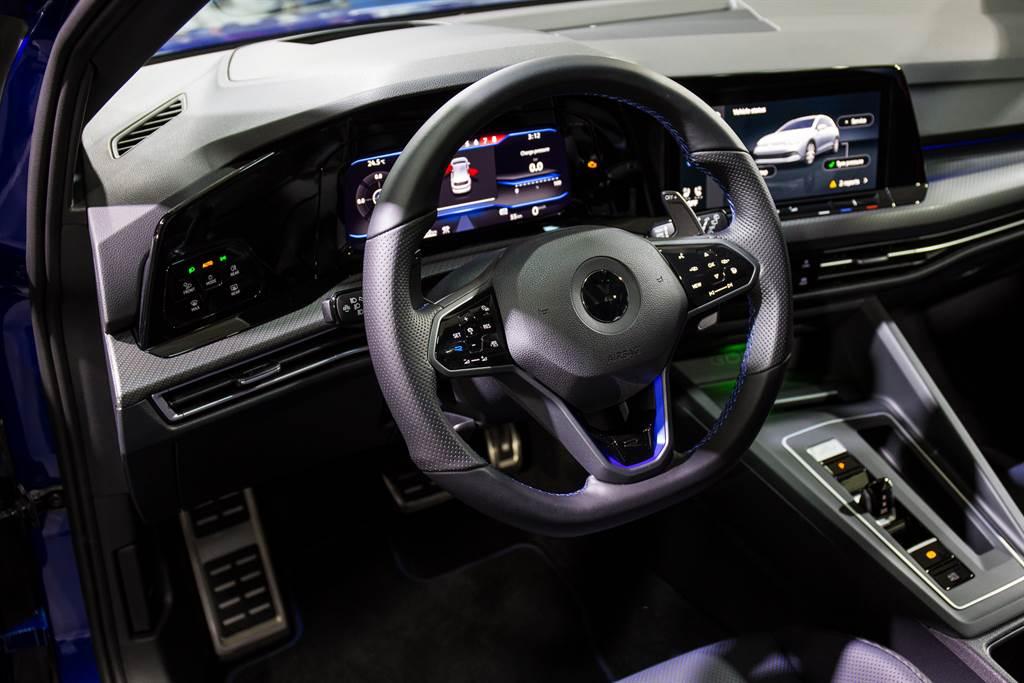 內裝同樣極具性能味,並導入的R專屬Nappa Carbon/碳纖維紋真皮跑車型座椅。(圖/陳彥文攝)