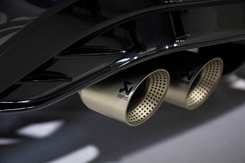 22年式Tiguan R提供Akrapovič鈦合金蠍子管可供選配,選配價15.8萬元。(圖/陳彥文攝)