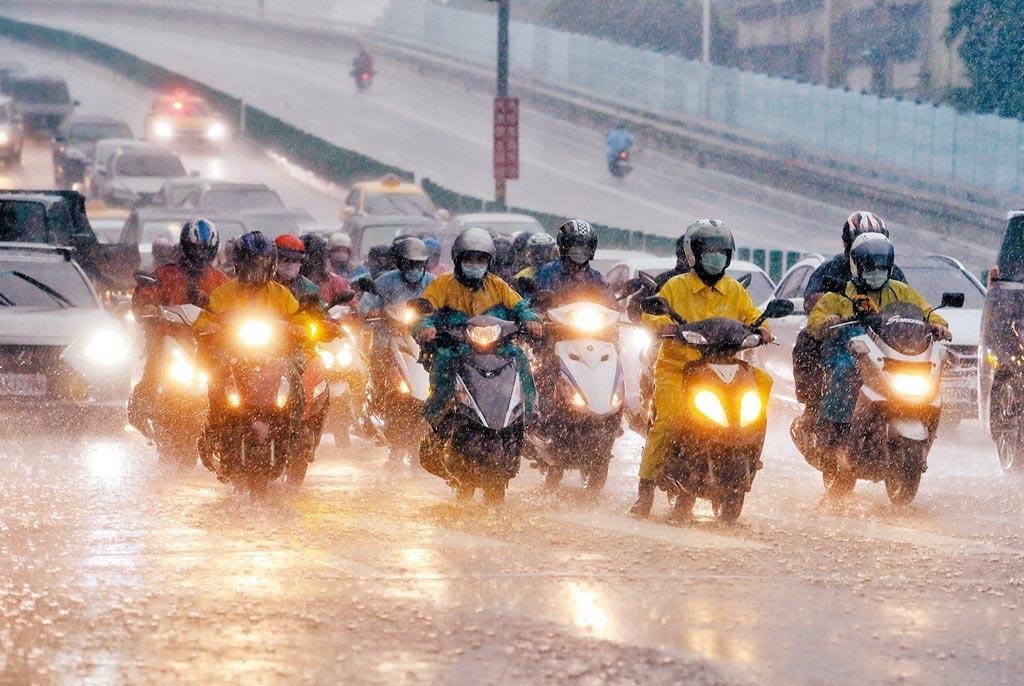 氣象局2日表示,位在廣東海面的低氣壓已經增強為熱帶性低氣壓,預估有可能發展成輕度颱風「盧碧」,周四至周六將影響台灣,不過行徑路徑、強度等都還要持續觀察。台北市區3日傍晚突然下起傾盆大雨,讓趕著下班的機車騎士及路人吃足苦頭。(劉宗龍攝)