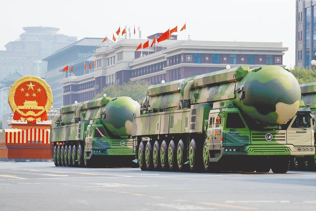 2019年中國大陸國慶節,在天安門廣場亮相的東風-41戰略核飛彈方隊。能攜帶10枚分彈頭的東風-41,在中國核武力量中正扮演越來越重要的角色。(中新社資料照片)
