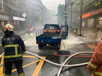 新北中和連2天小貨車冒煙自燃 警急協助