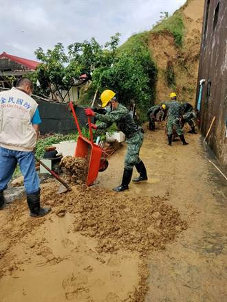 不堪大雨沖刷 土石崩落影響龍崎10戶民宅