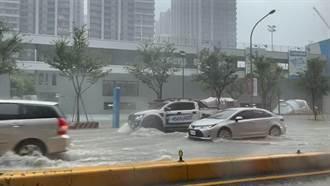 新竹市瞬間暴雨成水樂園 網戲稱:去迪卡儂買船出來划