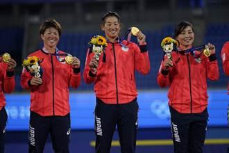 名古屋市長拉下口罩咬選手金牌 網友批太失禮