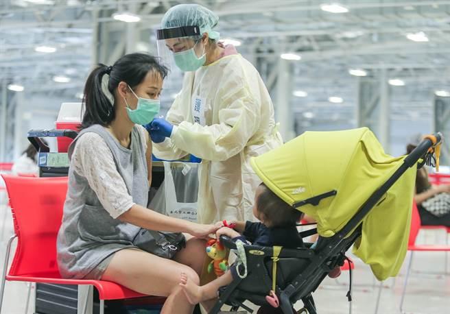 終於等到莫德納,第五輪疫苗8/5開放預約,45.1萬人符合資格可打第一劑。圖為民眾接種疫苗的畫面。(粘耿豪攝)