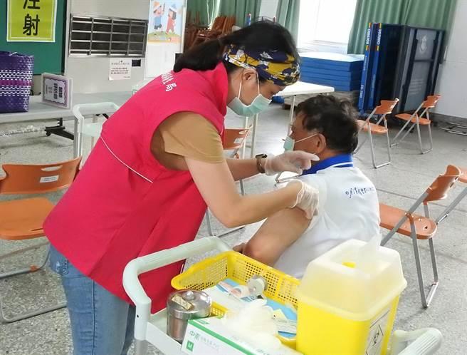 南投縣衛生局指出,收到簡訊民眾盡速完成預約登記,接種時間自8月11日起至8月17日止,完成預約者請準時前往接種。(南投縣政府提供)