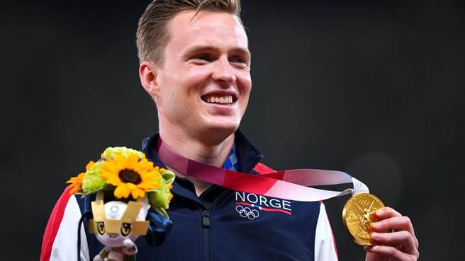 挪威跨欄選手卡斯滕沃爾霍姆(Karsten Warholm)在400公尺跨欄項目中贏得金牌,開心受獎。(圖/路透社)