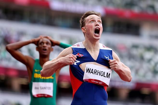 挪威跨欄選手卡斯滕沃爾霍姆(Karsten Warholm)在400公尺跨欄項目中贏得金牌,又突破自己的紀錄,興奮到撕開自己的上衣。(圖/路透社)