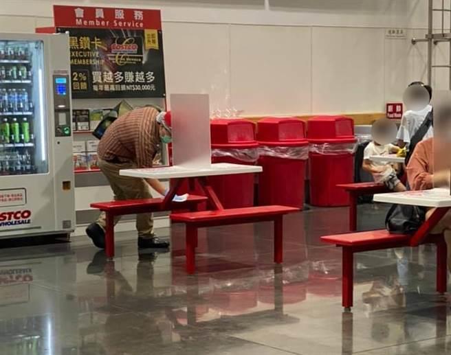 好市多內用桌椅回來了,眼尖網友發現工作人員竟是拿衛生紙擦拭座位消毒,引起熱議。(圖/翻攝自好市多商品經驗老實說)