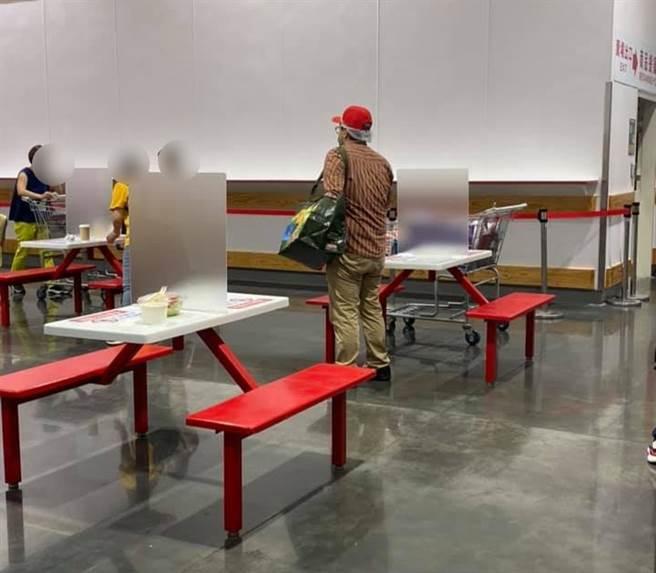 好市多內用桌椅回來了,除了有工作人員在旁待命消毒,每張桌子之間的距離也拉得很開。(圖/翻攝自好市多商品經驗老實說)