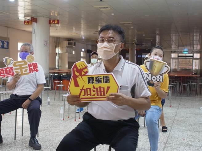 陳奎儒無緣晉決賽,陳父陳文益(右二)表示已盡力,給奎儒100分。(張朝欣攝)