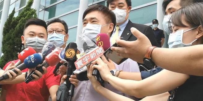 國民黨前副主席郝龍斌4日赴台北高等行政法院遞狀,聲請停止執行高端疫苗緊急授權(EUA)。(黃捷攝)