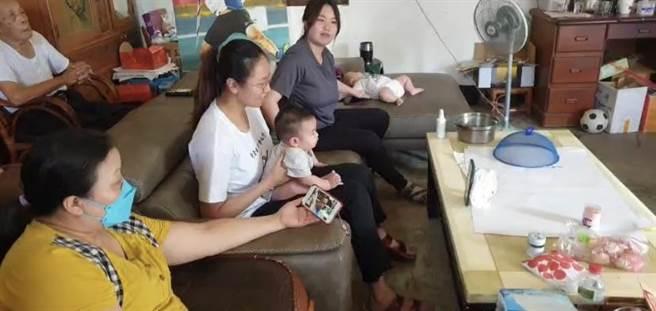為幫標槍好手鄭兆村加油打氣,鄭兆村父母、妻小以及阿公4日一大早都守在螢幕前為鄭兆村集氣。(蕭靈璽攝)