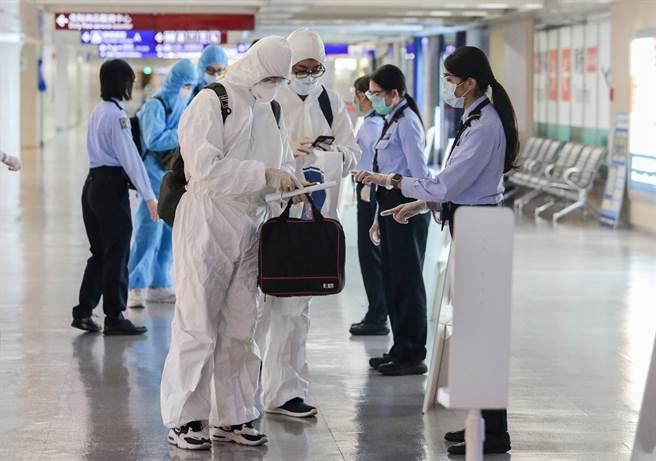 Delta是正港大魔王,病毒量比原始病毒多1260倍,雖然打疫苗可防重症,但人與人的傳播是關鍵。圖為桃園機場入境旅客檢疫的畫面。(陳麒全攝)