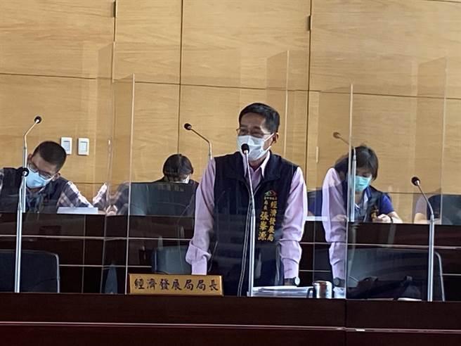 台中市經發局長張峯源說,市府研議發行地方的消費券是否可行。(盧金足攝)
