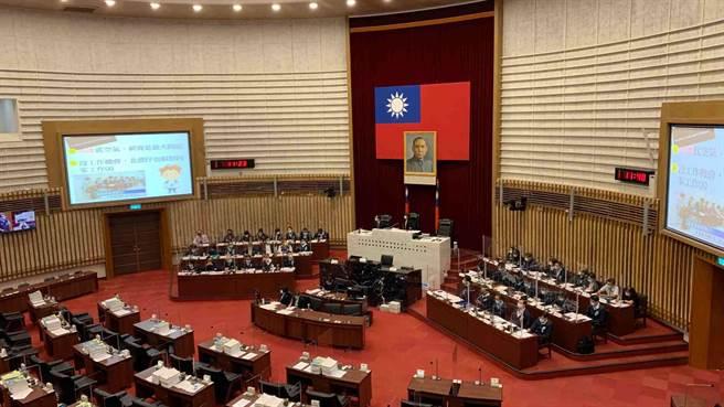 高市議會國民黨團日前發起連署提案「普發現金1萬」,今(4)日下午藍營也將發布甲級動員,希望提案正式通過。(柯宗緯攝)