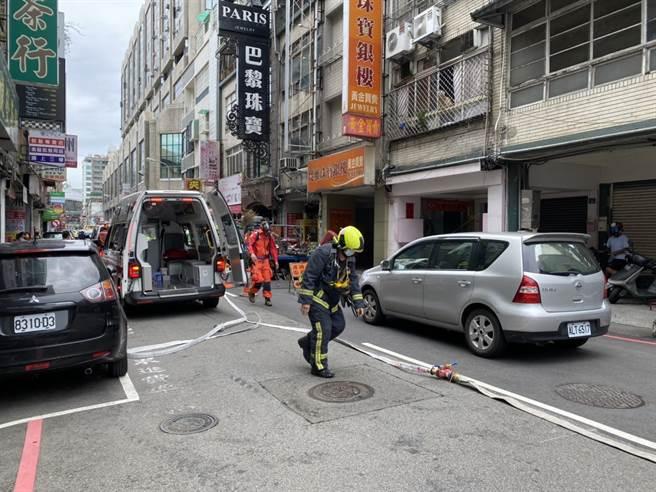 台中市中區成功路發生施工意外,有5名工人已失去呼吸心跳,已送醫搶救。(民眾提供/陳淑芬台中傳真)