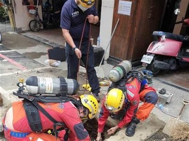 台中市中區成功路4日發生工安事故,造成五名工人到地下涵洞後陸續昏迷,市府勞檢處先行勒令停工,依法處分。(民眾提供/盧金足台中傳真)