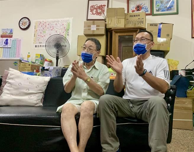 台灣拳擊女將黃筱雯爸爸(右)、爺爺(左)隔空為她打氣。(黃婉婷攝)