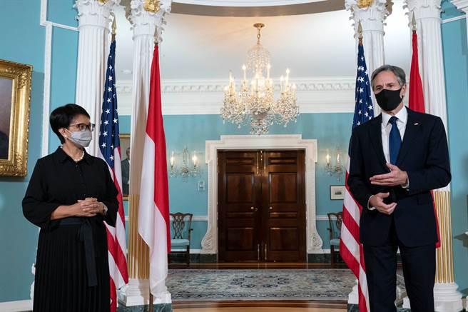 美國國務卿布林肯(Antony Blinken)與印尼外交部長勒特諾(Retno Marsudi)(圖/路透社)