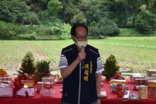 立委陳超明花了1年時間才說服水利署同意解禁興建新農水路。(謝明俊攝)