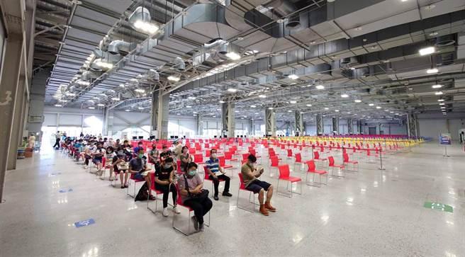 台北市花博爭豔館接種站4日僅開放16分之1的區域施打疫苗,量能無法滿載,讓碩大的場館看起來更顯冷清。(黃世麒攝)