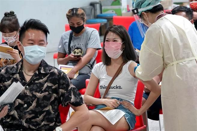1位民眾接受疫苗施打時,雖然戴著口罩,仍能感受到愉悅的心情。(黃世麒攝)