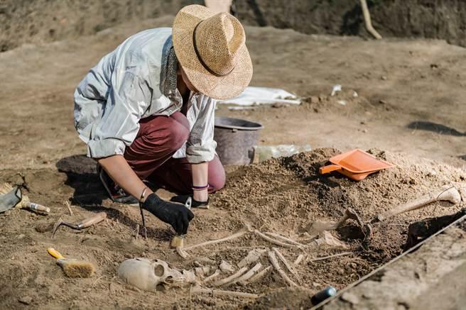 芬蘭一座古墓埋藏一名女戰士,考古學家經過多年研究後,發現他竟是患有「克氏症候群」的雙性人。(示意圖/達志影像)