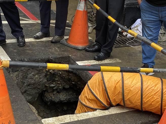根據消防局表示,當時5名工人都在2米深涵洞內,呈現交疊情形、毫無意識。(張妍溱攝)