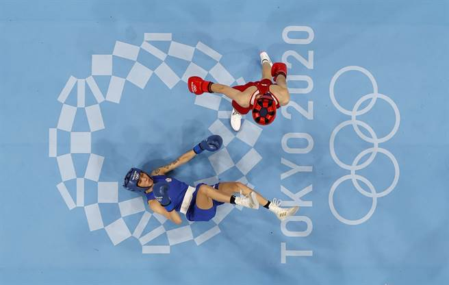 黃筱雯(下)在東京奧運拳擊女子51公斤獲得銅牌。(路透)