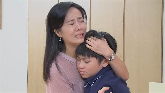 陳仙梅劇中抱著生病的兒子大哭。(民視提供)