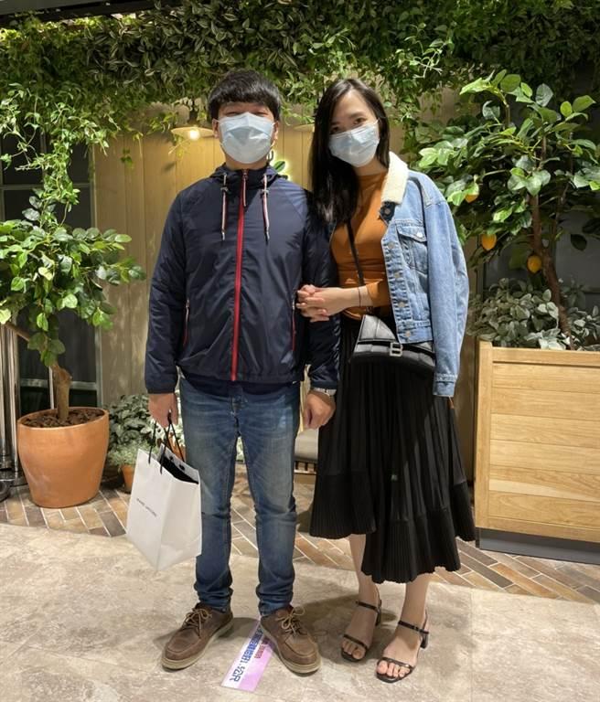 因為公司良好的制度,蔡承恩(圖左)高效完成工作後,經常利用休閒時間與老婆到處走走。 (圖/永慶房屋提供[疫情前拍攝])