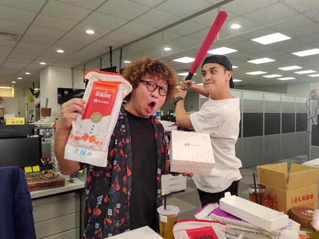 納豆(左)、曾子余主持的《食尚玩家兩天一夜GO》先帶著觀眾開箱雙北伴手禮。( TVBS提供)