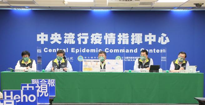 指揮中心六人今天同時戴上「Taiwan硬啦」系列口罩,相當吸睛,畫面曝光讓不少網友狂喊想要。(圖/指揮中心提供)