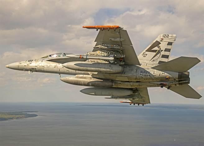 美國海軍成功進行首次AARGM-ER的實彈試射。圖為進行AARGM-ER掛載測試的F/A-18E。(圖/美國海軍)