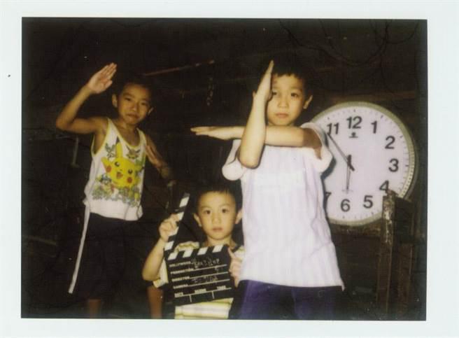 2005年由導演林育賢執導的《翻滾吧!男孩》,記錄奪下奧運銀牌的體操選手李智凱(右一)年僅9歲的稚嫩模樣。(Giloo紀實影音提供)